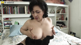 Home alone mature enjoys rubbing the peach in solo cam scenes