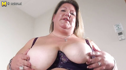 Chubby woman decides to play with her fat pussy on live cam