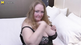 Horny granny enjoys fingering her succulent cock wanting pussy