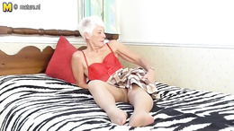Granny loves to pose naked and in the same time tease with her sensual moves