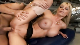 Mature babe Holly Sampson gets her pussy stretched by a thick juicy cock