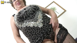 Big granny takes out her big boobs to play and spreads her pussy