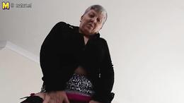 Horny granny in sex stockings decides to masturbate beautifully