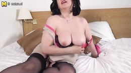 Saggy tits mature fucks her fat pussy hard with a toy on the bed