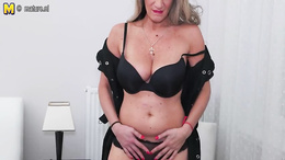 Cougar mom shows off in her black lingerie during extreme cam show