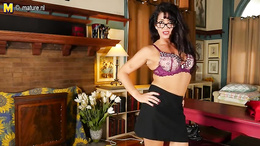Top rated milf removes the skirt to pose in her sexy undies